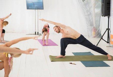 Преподаватели университета йоги представили свои практики на открытых площадках Москвы в день йоги